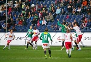 Fußballer kämpfen um den Ball - auch live im Sky Fussball Abo zur Hinrunde